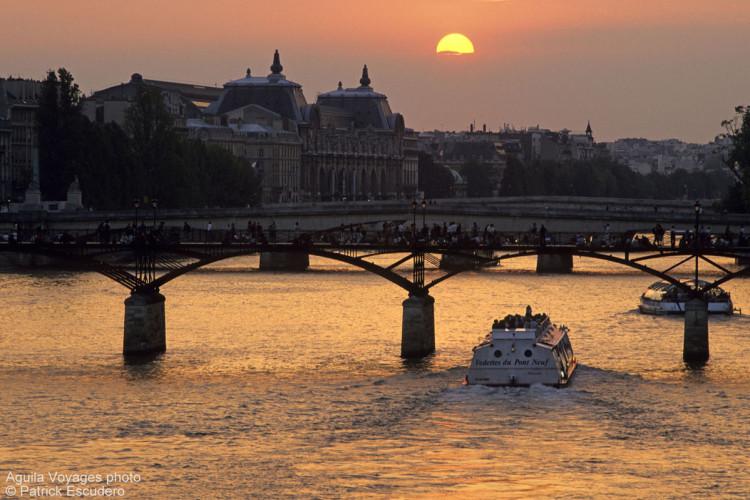 France, Paris (75), 1er et 6è arrondissements, coucher de soleil sur la passerelle des arts et pont du Carrousel en arrière plan