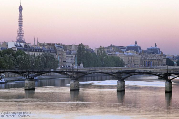 France, Paris (75), passerelle des arts, pont du Carrousel, tour Eiffel et musée d'Orsay