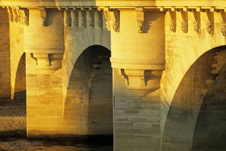 France, Paris (75), 1er et 6è arrondissement, détail des piles et des mascarons du Pont Neuf sur le petit bras de Seine rive gauche