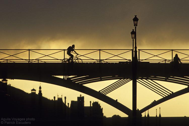 France, Paris (75), 1er et 6è arrondissements, lumière d'orage sur la passerelle des arts